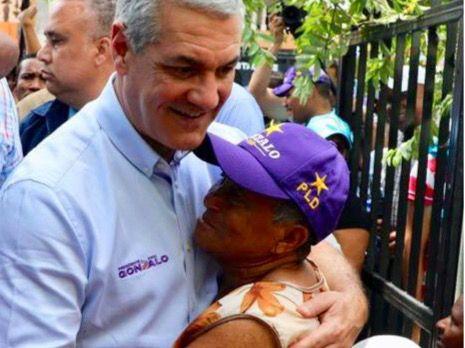 Gonzalo Castillo recorre barrios del Distrito Nacional
