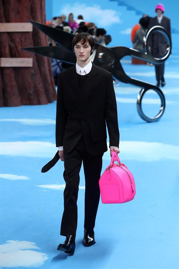 El traje masculino se impone en París como la solución al despilfarro