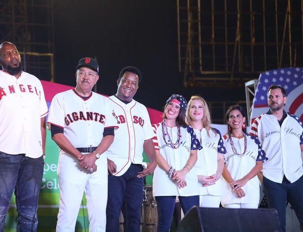 Glorias del béisbol y otras personalidades presentes.