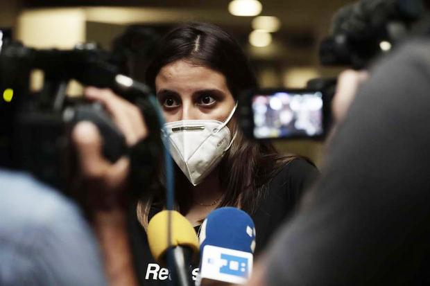 La periodista cubana Karla Pérez llega al aeropuerto Juna Santamaría en San José, Costa Rica. Pérez regresó a Costa Rica desde Panamá, adonde llegó ayer jueves en tránsito hacia La Habana y donde fue informada de la prohibición de entrar a su país.