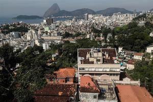 Vista general de una casa con una favela al fondo y el cerro de Pan de Azúcar el alto del barrio Santa Teresa, en el centro de la ciudad de Río de Janeiro, Brasil.