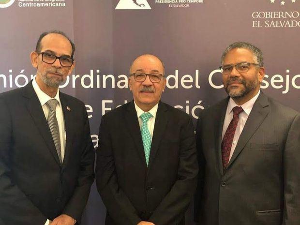 El viceministro de Cultura, Carlos Santos, Sr. Carlos Stark y el viceministro de Educación, Víctor Sánchez.