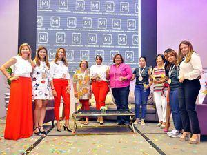 Marbel Lugo con las damas reconocidas.