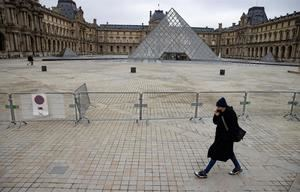 Una valla impide el acceso a las pirámides del Louvre de París, el pasado jueves. Museos vacíos y yacimientos arqueológicos desiertos: 2020 ha dado la vuelta a los museos y los yacimientos arqueológicos. Las aglomeraciones y el bullicio han dado paso al mutismo y con él a millones de euros en pérdidas en un año nefasto para el sector.