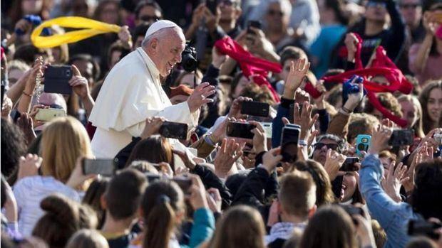 El papa pide construir puentes y no agredir a otras religiones o no creyentes.