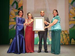 César Parray Marilyn García reciben reconocimiento de Cándida Montilla de Medina y Rosa Mena de Vargas.
