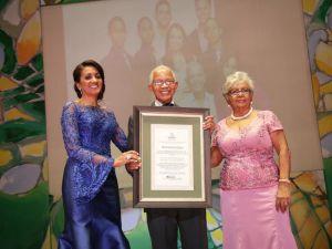 Enemencio Del Pozo Mercedes Kilson reciben reconocimiento de la primera dama Cándida Montilla de Medina.