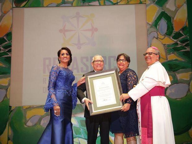 José Amado Méndez y Olga Josefina Flores reciben reconocimiento de Cándida Montilla de Medina y Monseñor Benito Angeles.