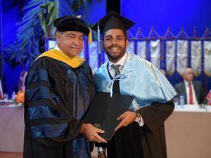Dr. Castaños durante entrega diplomas, tanda matutina graduación.