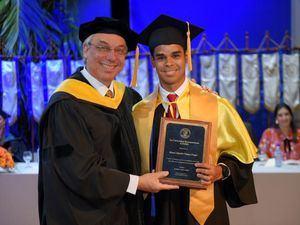 Dr. Núñez, durante la entrega de placas a estudiantes meritorios.
