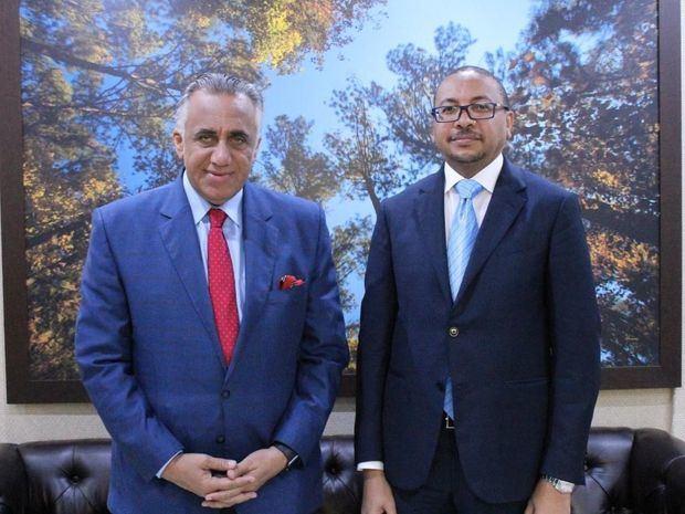 Su excelencia, el señor Yaser Al Abdulla, y Luis Mejía, presidente del COD.