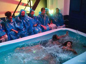 Escena de 'Las Sirenas' con los artistas Albania Peña y Charlene Blanco.