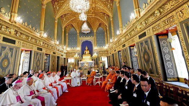 El papa denuncia la explotación de mujeres y niños durante viaje a Tailandia.