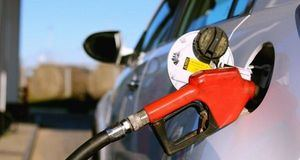 Bajan los precios de combustibles