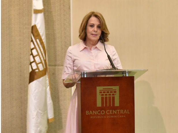 La vicegobernadora del BCRD, Clarissa de la Rocha de Torres, durante las palabras centrales del acto.