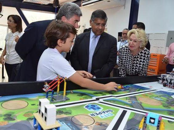 El niño Alan Roa explica al embajador del Reino Unido Chris Campbell, Asif Ahmad y Maureen Tejeda.