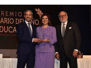señor Manuel Grullón, presidente del Grupo Popular, Margarita Cedeño de Fernández y al señor Pedro Esteva, presidente de IMCA, este reconocimiento destaca los logros de la Fundación en sus 10 años de constante trabajo en Miches.