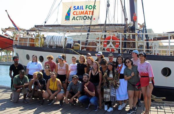Treinta jóvenes, entre latinoamericanos, caribeños, indígenas y europeos, viajan este jueves con rumbo a Europa llevando un potente mensaje sobre la crisis climática mundial, en el puerto de Cartagena de Indias (Colombia).