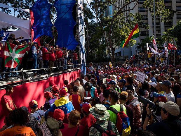 Simpatizantes del oficialismo se manifiestan este martes contra el Tratado Interamericano de Asistencia Recíproca (TIAR), en Caracas. Miles de simpatizantes del chavismo, que gobierna Venezuela desde 1999, macharon este martes en la capital contra los países parte del Tratado Interamericano de Asistencia Recíproca (TIAR) y contra las supuestas 'arremetidas' del presidente colombiano, Iván Duque, contra el Gobierno de Nicolás Maduro.