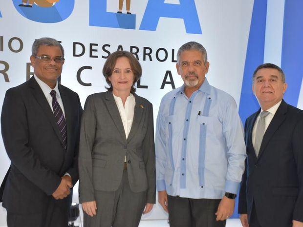 Frauke Pfaff, junto a los doctores Adalberto Martínez, Julio Valeirón y Julio César Mejía.