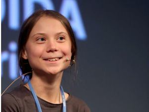 La joven activista climática de 16 años Greta Thunberg (2i), durante la rueda de prensa que ha ofrecido este viernes en la Casa Encendida de Madrid .