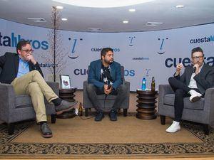 Hans Kuehn, Frank Báez y Patricio Pron durante el encuentro.