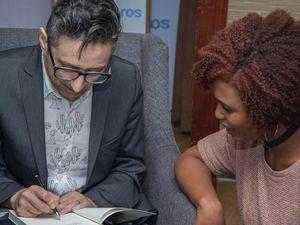 Autor Patricio Pron firmando su libro.