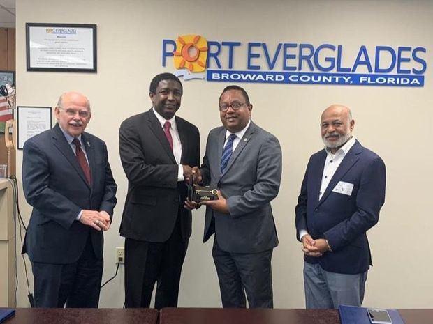 Alcalde de La Florida USA entrega llave de la ciudad a RD