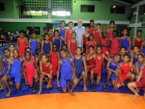 Antonio Acosta, presidente de la Federación Dominicana de Lucha junto a los atletas integrantes del equipo de San Francisco de Macorís, campeones de la categoría 7 a 12 años.