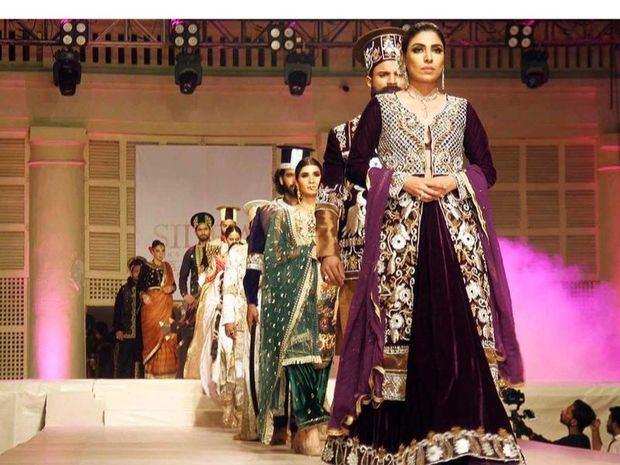 Las modelos con trajes originales, joyas y espadas de los Emperadores de Sindh de Talpur en el Palacio de Hyderabad de Talpur.