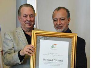 Bismarck Victoria cuando recibía el premio del ministro de Cultura, Eduardo Selman.