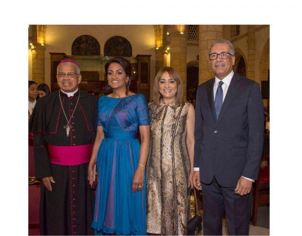Arzobispo Francisco Ozoria Acosta, arzobispo metropolitano de Santo Domingo, Cándida Montilla de Medina, Jacqueline Ortiz de Lizardo y Simón Lizardo Mézquita.