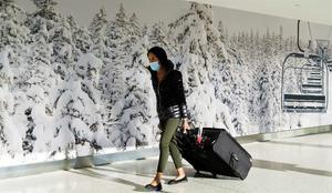 Una viajera llega al aeropuerto internacional John F. Kennedy en Nueva York, EE.UU.