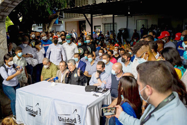 La oposición venezolana concurrirá a elecciones tras escuchar a sus militantes