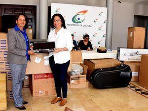 La directora del Conservatorio Nacional de Música, Jaqueline Huguet, recibe los instrumentos de Sorayda Isabel Veras, encargada de Almacén y Suministro.