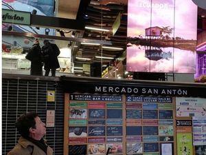 El embajador de Ecuador en España, Cristóbal Roldán, contempla este lunes un panel electrónico con una de las imágenes de la nueva campaña publicitaria de su país, denominada 'Cuatro Mundos', lanzada en Madrid con motivo del próximo inicio de la Feria Internacional de Turismo (Fitur). La campaña, que muestra imágenes del Pacífico, los Andes, la Amazonía y las Islas Galápagos, está presente en algunas de las estaciones de metro más transitadas y los mercados gastronómicos más conocidos de la capital española.