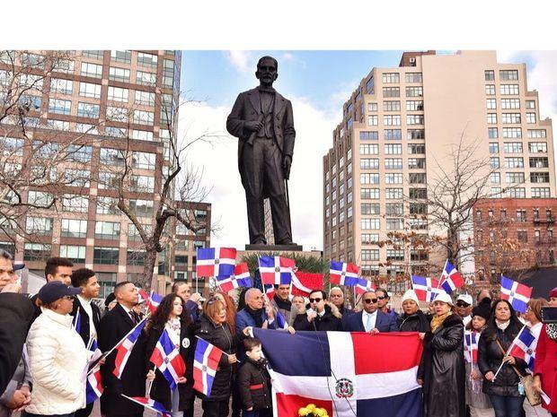Participantes en el acto de tributo al patricio Juan Pablo Duarte ofrecido por organizaciones dominicanas con motivo del 207 aniversario de su natalicio, encabezado por el Consulado Dominicano, entonan el Himno Nacional.