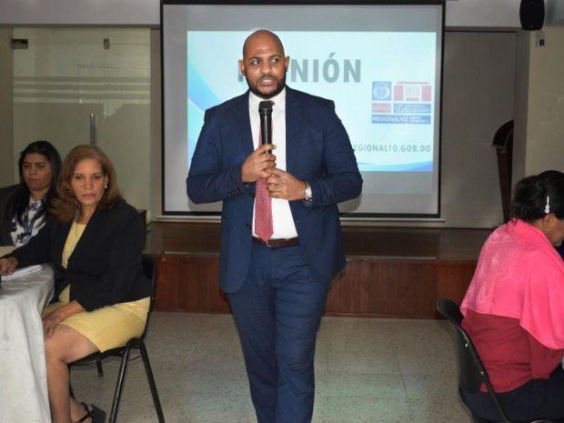 El director de la Regional 10 Santo Domingo, Ronald Santana, exhortó a los técnicos docentes y al personal administrativo de la institución, a desarrollar sus tareas con la suficiente responsabilidad y compromiso.