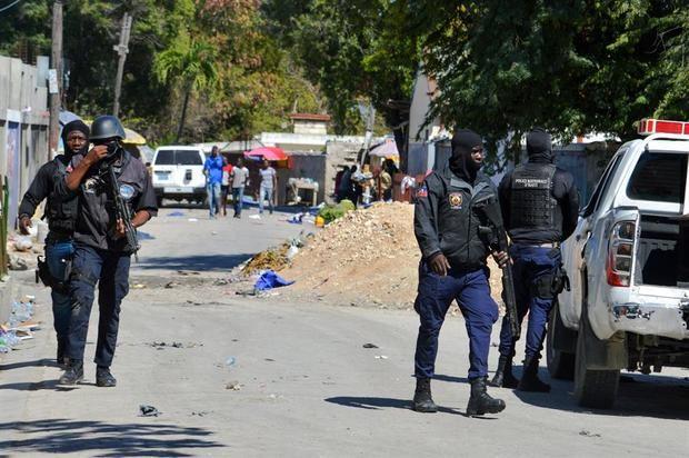 Policías fueron registrados este jueves al realizar un operativo en la cárcel de Croix-des-Bouquets, tras una fuga de presos, en Puerto Príncipe, Haití.