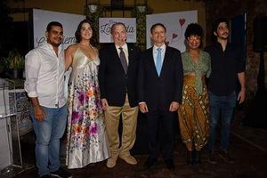 El procurador general de la República, Jean Rodríguez  y  el ministro de Cultura, arquitecto Eduardo Selman junto a los integrantes del Microteatro Santo Domingo.