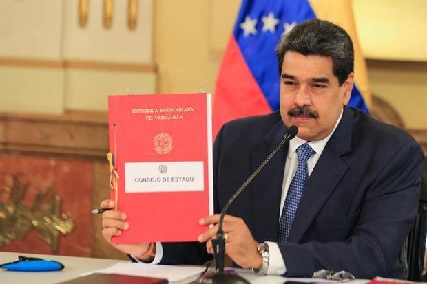 Fotografía cedida por prensa Miraflores que muestra al presidente de Venezuela, Nicolás Maduro (c), durante el Consejo de Gobierno este martes el Palacio de Miraflores en Caracas, Venezuela.