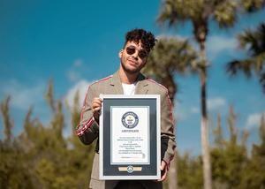 Fotografía cedida por Guinness World Records (GWR) donde aparece el cantante estadounidense de ascendencia dominicana, Prince Royce, mientras posa con su certificado de récord Guinness.