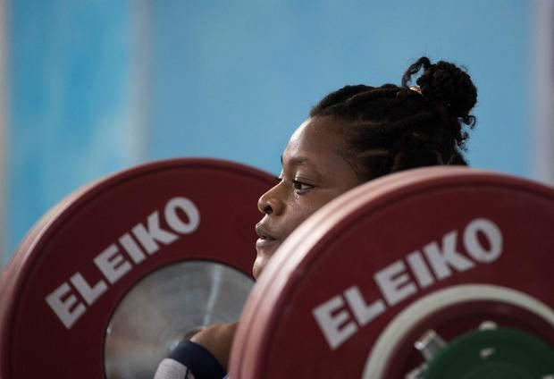 La dominicana Crismery Santana rompe su récord en arranque y la ecuatoriana Salazar es plata