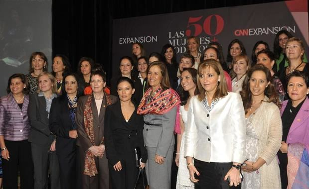 La exprimera dama Margarita Zavala (6i), esposa del expresidente mexicano, Felipe Calderón, posa con mujeres mexicanas líderes de empresas.