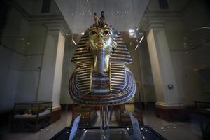 La máscara funeraria de Tutankamón expuesta en el Museo Egipcio de Antigüedades tras reabrir este miércoles de El Cairo (Egipto) tras permanecer cerrado por el Covid -19.
