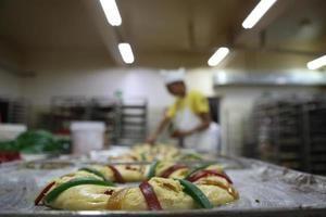Fotografía fechada el 3 de enero de 2020 de panaderos elaborando Roscas de Reyes en Ciudad de México (México).