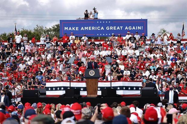 El presidente de los Estados Unidos, Donald J. Trump, habla en un mitin en el estadio Raymond James en Tampa, Florida, EE. UU.