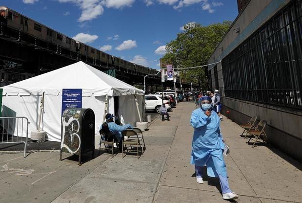 La gente espera para hacerse la prueba en el sitio de pruebas Covid-19 de coronavirus en la Dyckman Clinica De Las Americas en Inwood, Nueva York, EE. UU.