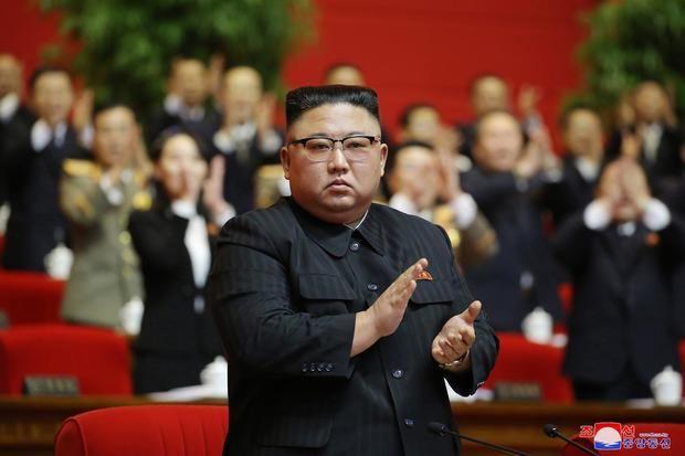 El líder de Corea del Norte, Kim Jong-un, ha llamado al ejército a mantener 'una actitud de alerta máxima' para proteger los intereses nacionales ante el 'rápido cambio de la situación' en la península, informaron este sábado los medios estatales.
