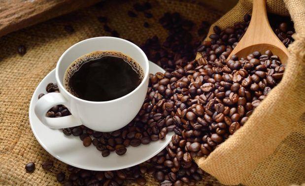 R.Dominicana celebra su día nacional del café bebiendo producto importado.